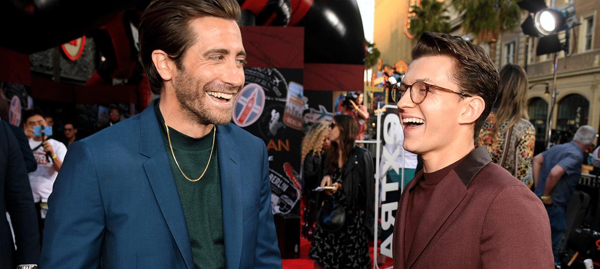 Jake Gyllenhaal e Tom Holland têm um ataque de riso nos bastidores de Longe de Casa