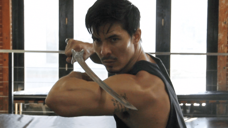 Lewis Tan publica foto de bastidores do filme de Mortal Kombat