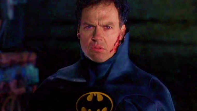 Batman de Michael Keaton ganha referência em Crise nas Infinitas Terras
