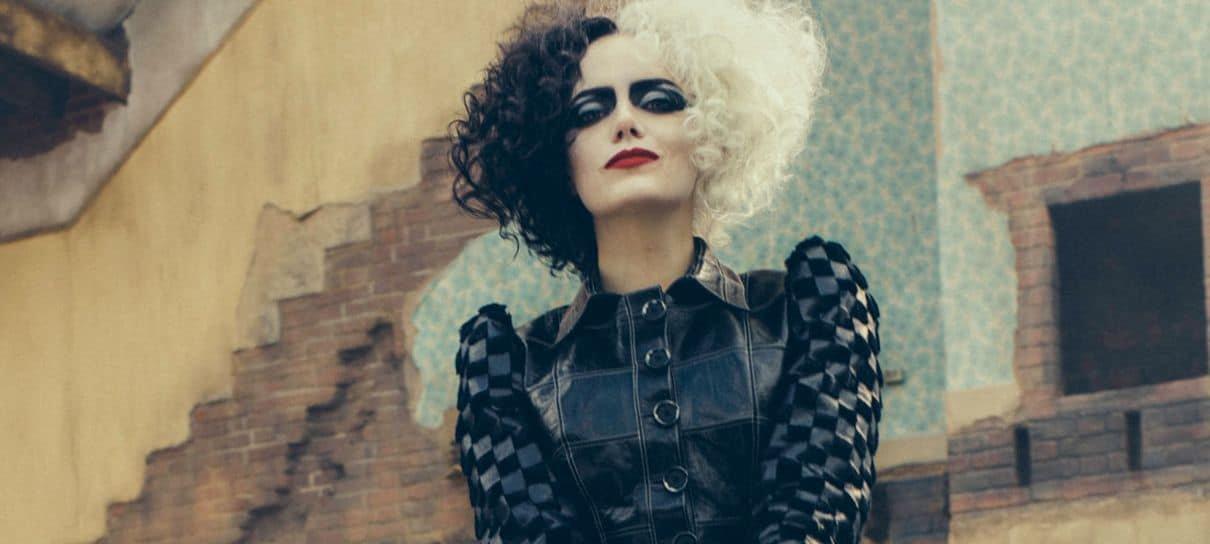 Cruella | Emma Stone aparece acompanhada por cachorrinho em fotos dos bastidores