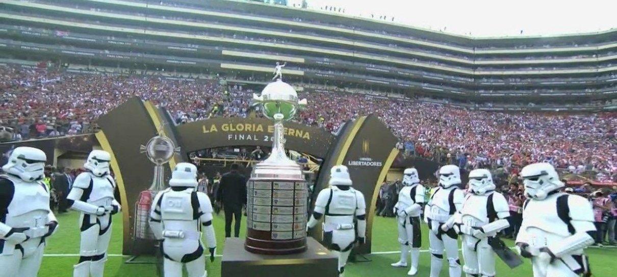 Stormtroopers escoltam a taça da Copa Libertadores