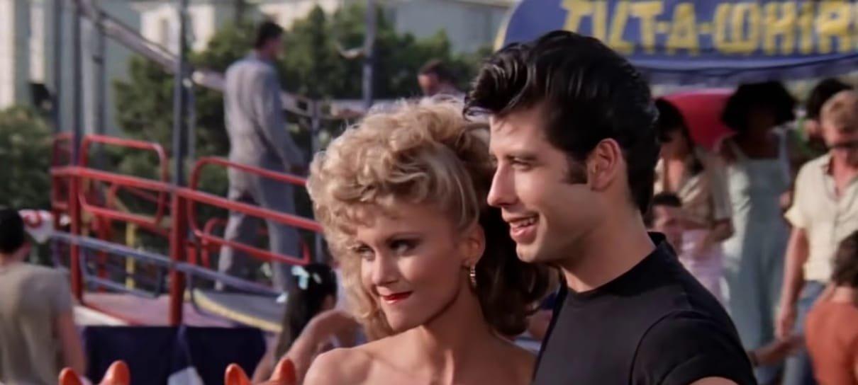 John Travolta e Olivia Newton-John usam figurino clássico de Grease em evento