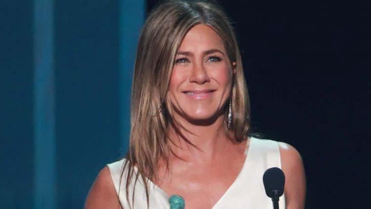 Jennifer Aniston cutuca premiações por esnobarem Adam Sandler