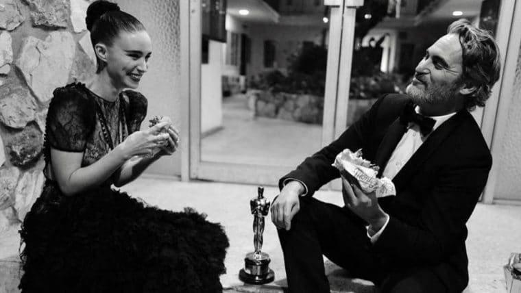 Humildão! Joaquin Phoenix comemora a vitória no Oscar 2020 comendo hambúrguer vegano