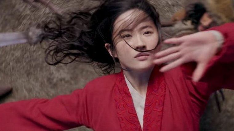 Mulan enfrenta os inimigos no campo de batalha em novo vídeo