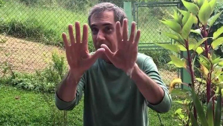 Arnaldo Antunes lava as mãos e canta música do Castelo Rá-Tim-Bum em vídeo