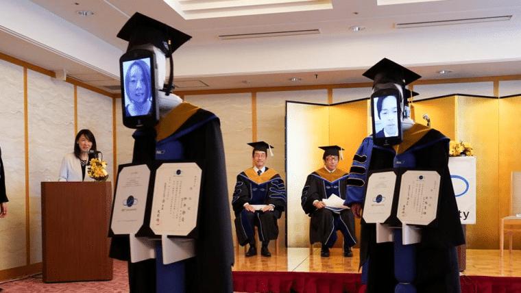 Robôs substituem estudantes em cerimônia de graduação no Japão
