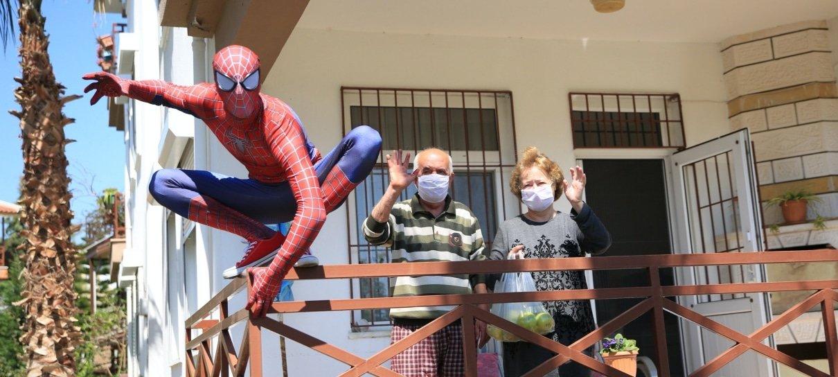 Fã se veste de Homem-Aranha e ajuda vizinhos durante a quarentena na Turquia