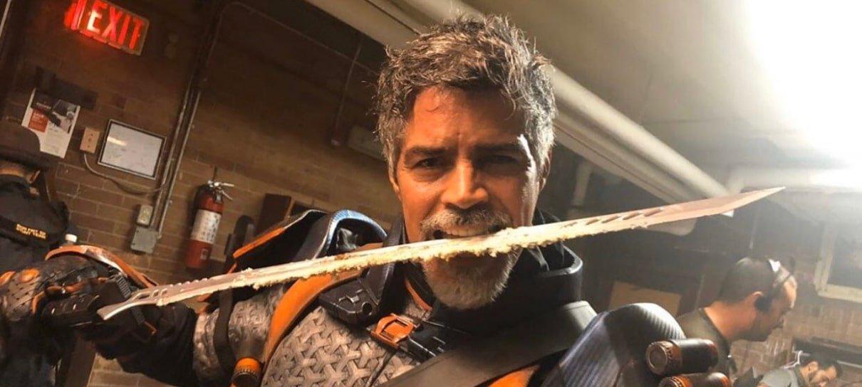 Titãs   Deathstroke corta bolo com uma katana em foto de bastidores