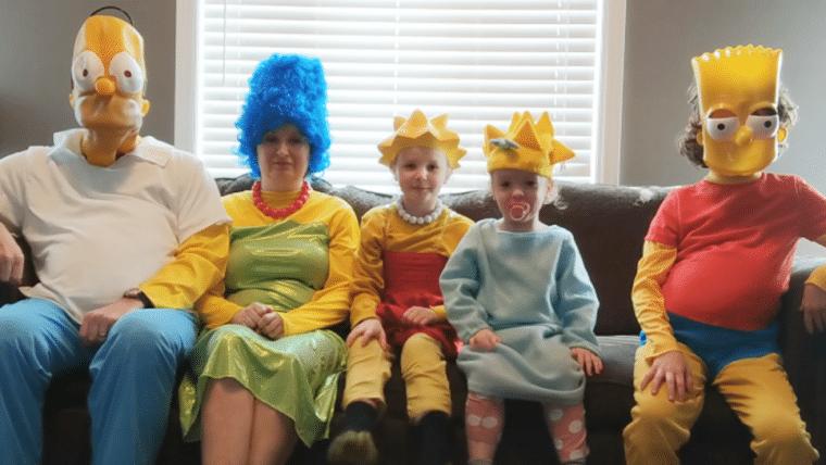 Família entediada recria a abertura de Os Simpsons em casa