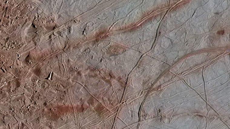 NASA reedita imagens da lua de Júpiter que revelam