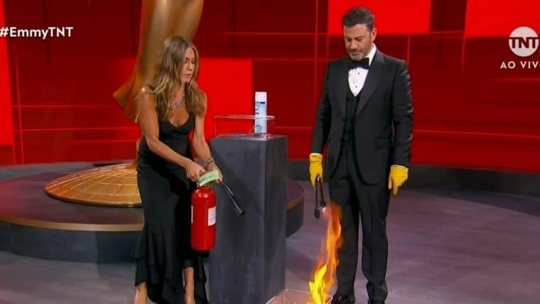 Jennifer Aniston e Jimmy Kimmel perdem o controle do fogo durante abertura do Emmy 2020