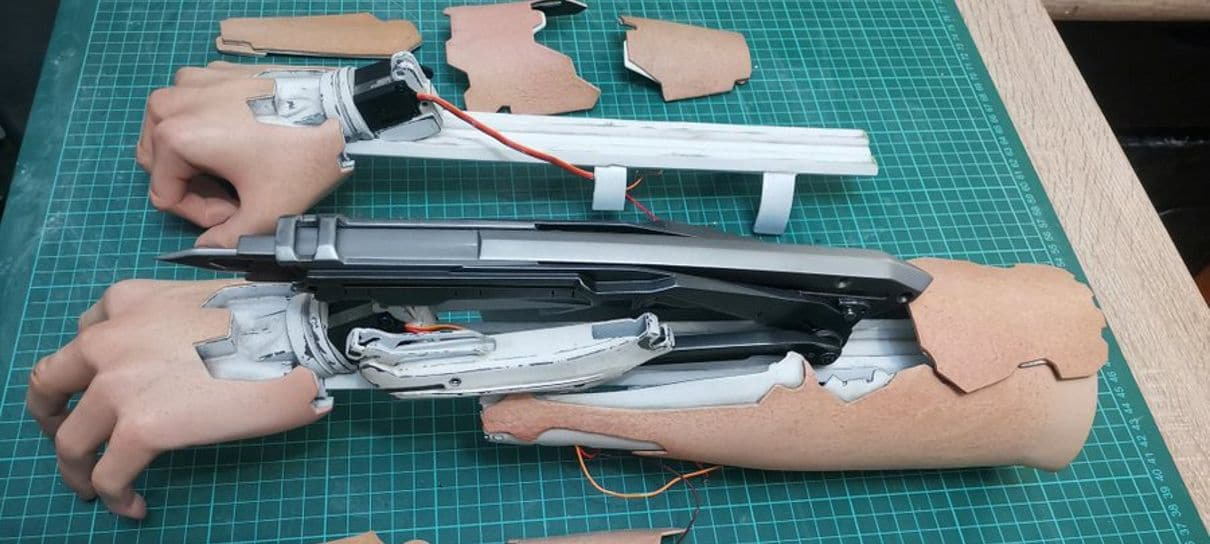 Cyberpunk 2077 | Cosplayer constrói braço mecânico com Mantis Blade que se move