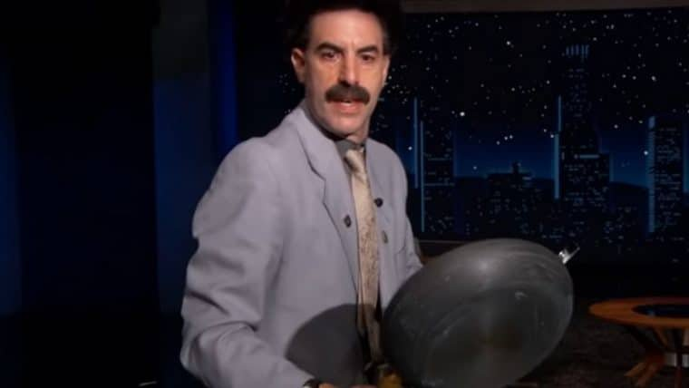 Borat tenta exterminar coronavírus com frigideira em programa de TV