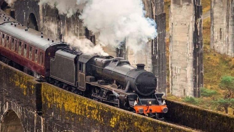 Fãs esperam em estação para ver o Expresso Hogwarts passando mas tudo dá errado