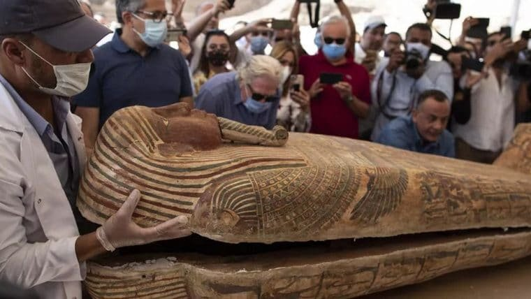 Sarcófago de 2500 anos é aberto no Egito