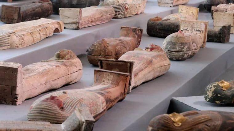 Mais de cem sarcófagos com 2.500 anos são descobertos no Egito