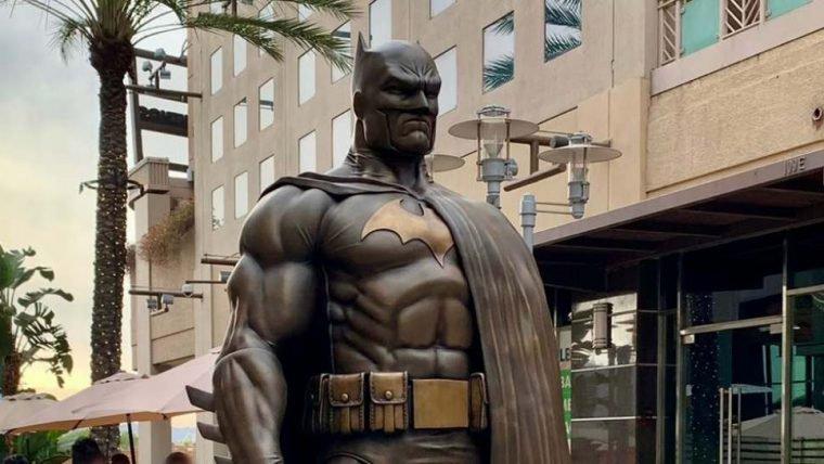 Batman ganha uma estátua de bronze em Burbank, na Califórnia