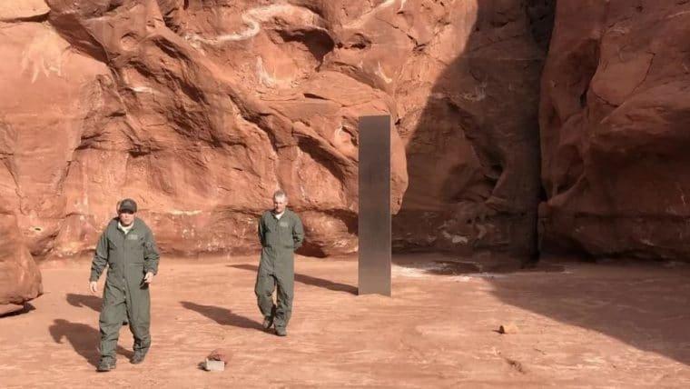 Monolito misterioso aparece no meio do deserto e ninguém sabe explicar o motivo