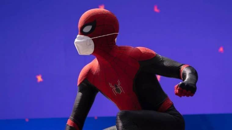 Homem-Aranha 3 | Tom Holland incentiva o uso de máscaras em foto de bastidores; veja