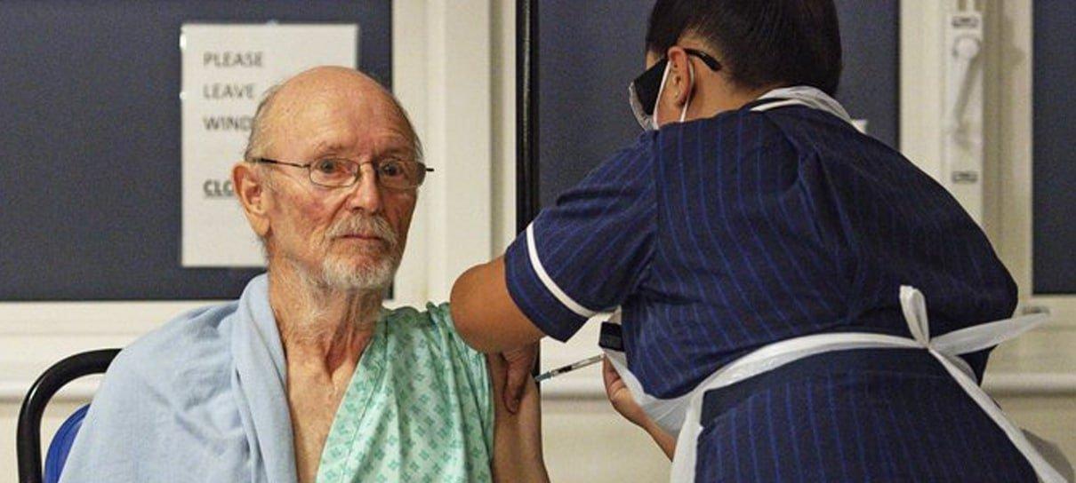 Shakespeare é a segunda pessoa a receber a vacina contra a COVID-19 na Inglaterra