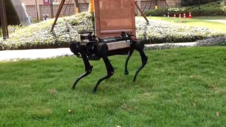 Esse cachorro robô aprendeu a se levantar se for derrubado