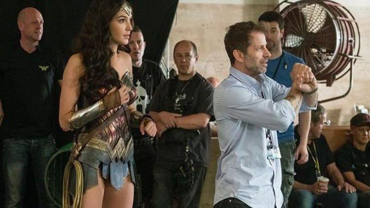 Fotos dos bastidores de Snyder Cut mostram Zack Snyder com o elenco