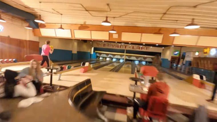 Vídeo impressionante captura uma noite na pista de boliche em apenas um take