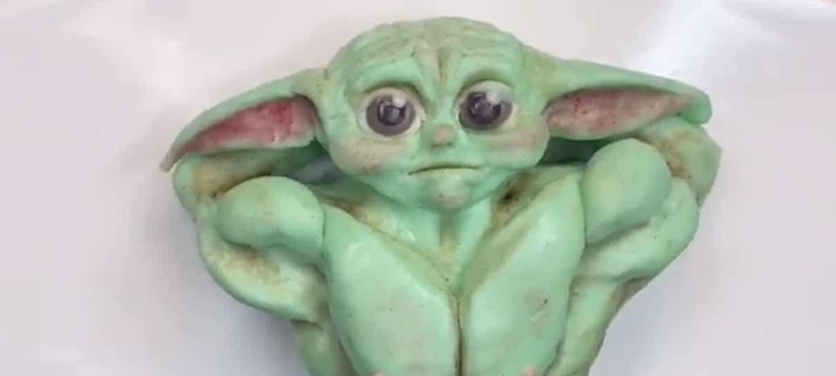 Esse bolo de Baby Yoda musculoso vai alegrar (ou assombrar) o seu dia