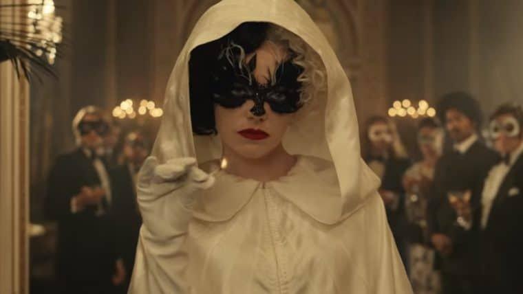 Cruella é o centro das atenções em cena do filme divulgada pela Disney