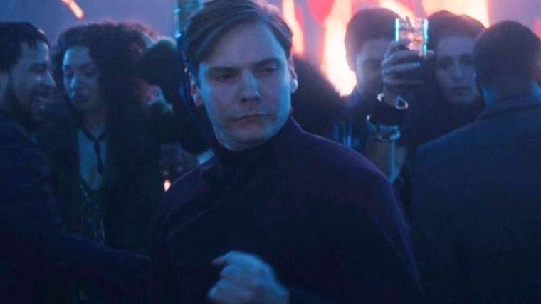 Cena de Zemo dançando em Falcão e o Soldado Invernal foi improvisada