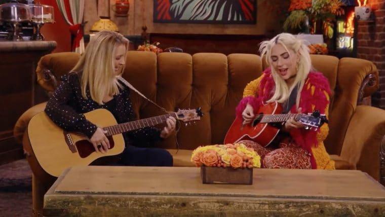 """Lady Gaga e Lisa Kudrow cantam """"Smelly Cat"""" na reunião de Friends; veja"""