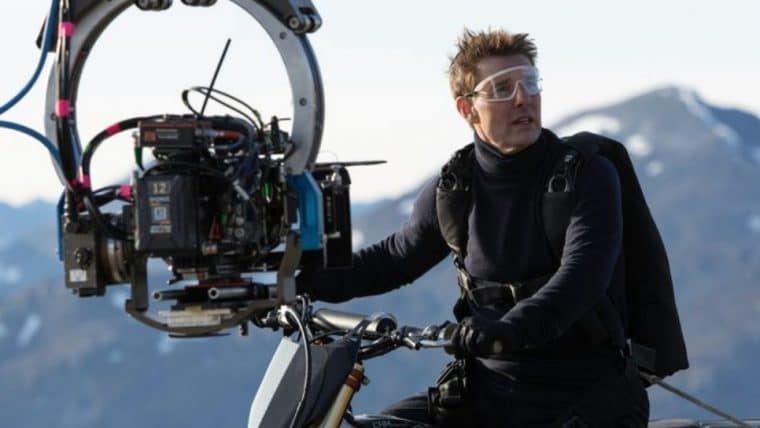 Missão: Impossível 7 ganha novas fotos com Tom Cruise pilotando uma moto