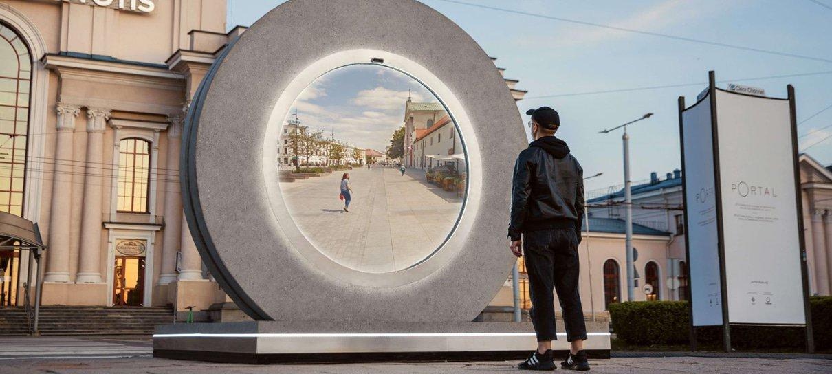 Portal futurista conecta pessoas a mais de 600 km de distância