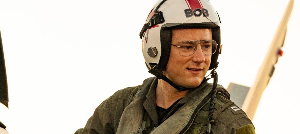 """Lewis Pullman comenta cenas de vôo em Top Gun: Maverick: """"Vomitei muito"""""""