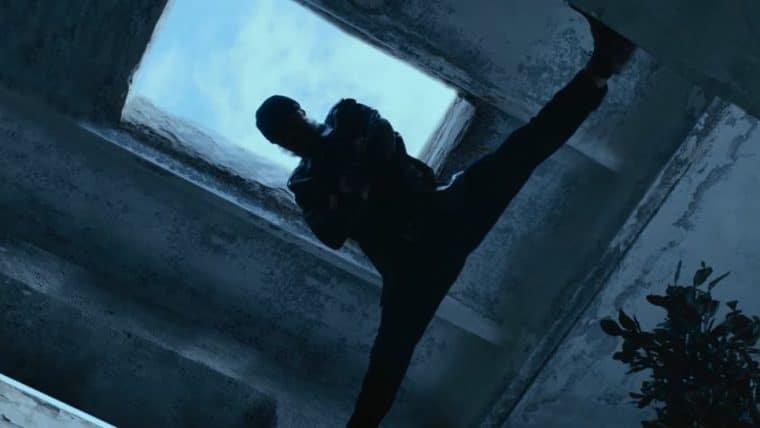 Van Damme mostra que ainda impressiona na ação em cena de O Último Mercenário