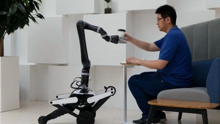 Ollie é o robô da Tencent capaz de dar cambalhotas e servir café