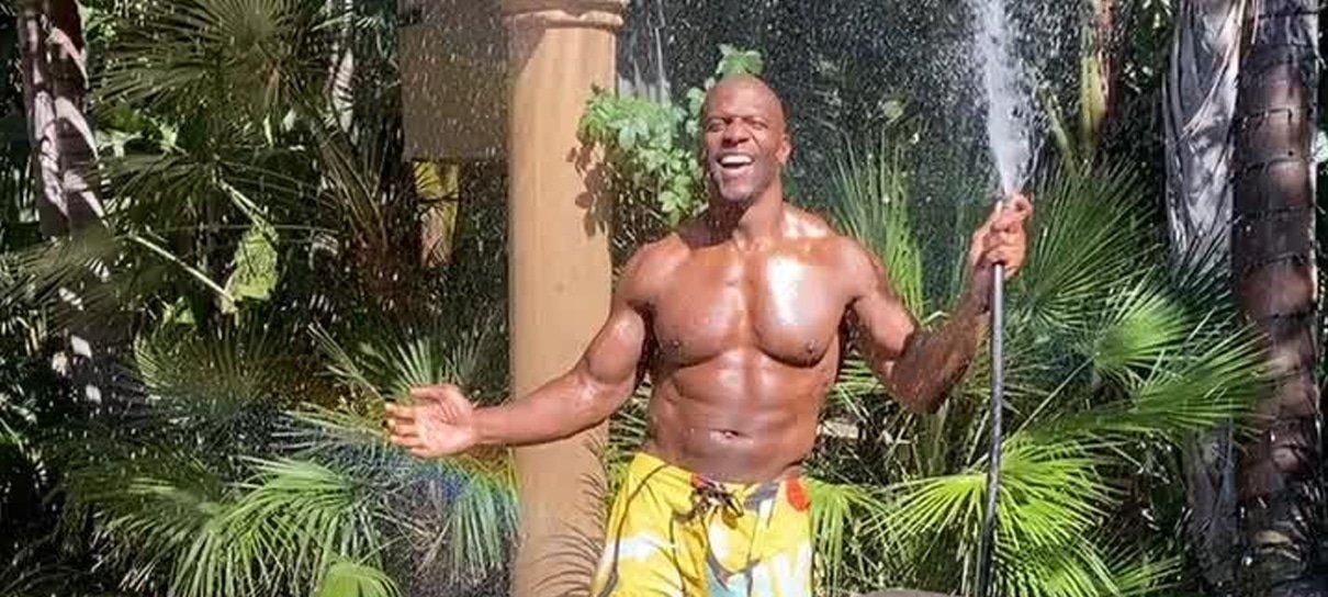 Terry Crews também é do time das celebridades que tomam banho