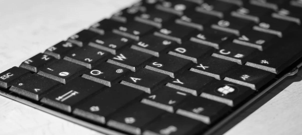 Teclado de computador é um dos itens da lista de como limpar o seu teclado no NerdBunker