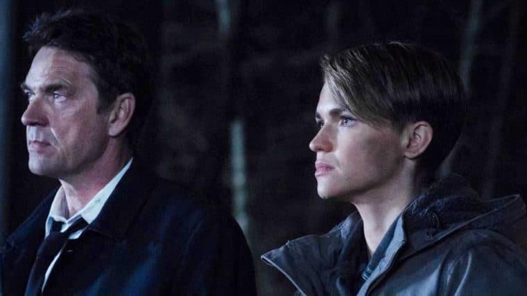 Warner Bros. TV defende Dougray Scott das acusações de Ruby Rose