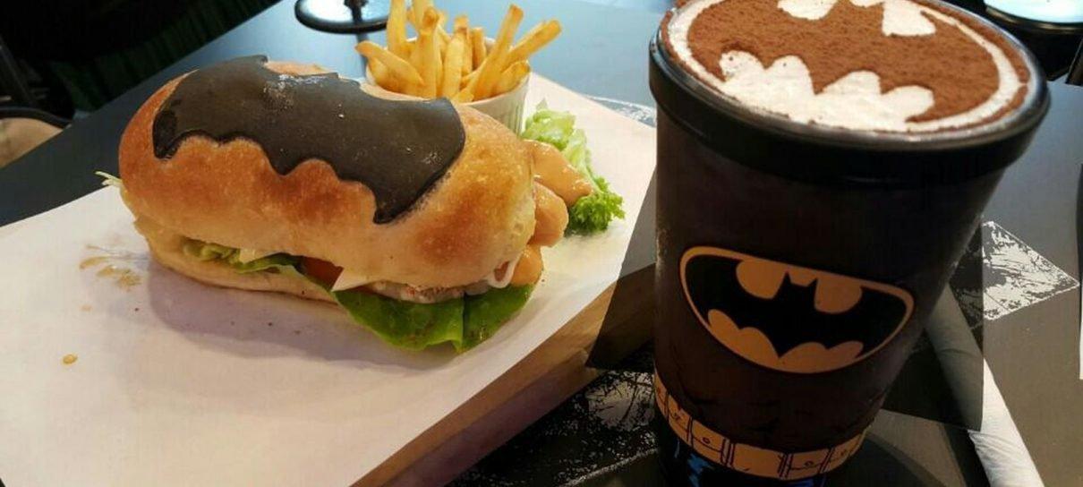 Lanchonete inspirada em heróis serve bat-sinal no seu café