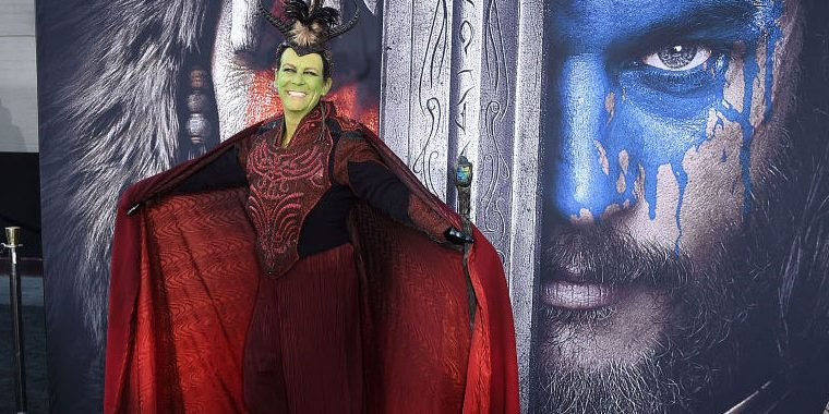 Jamie Lee Curtis aparece de cosplay em premiere de Warcraft