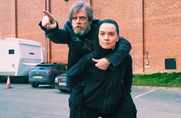 Mark Hamill e Daisy Ridley recriam cena clássica no set de Star Wars Episódio VIII