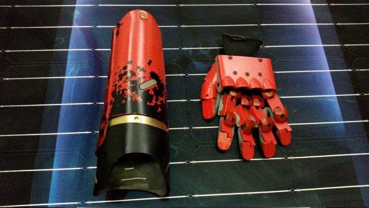 Comece seu cosplay de Big Boss com essa réplica do braço mecânico de MGS V