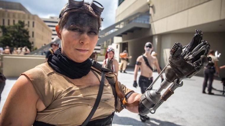 Testemunhem este cosplay de Furiosa com um braço mecânico de verdade