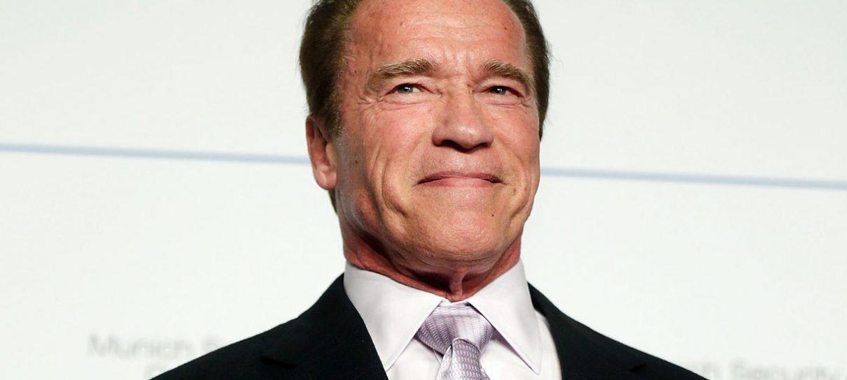 Arnold Schwarzenegger tranquiliza fãs após cirurgia de emergência