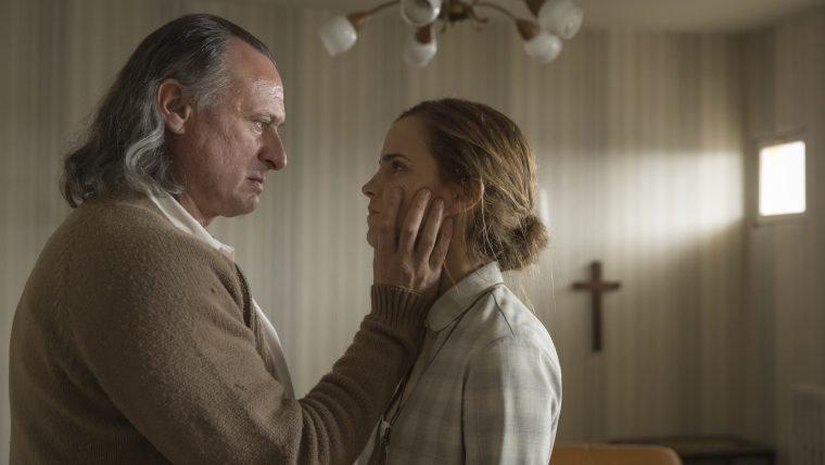 Emma Watson entra para um culto no trailer de Colonia