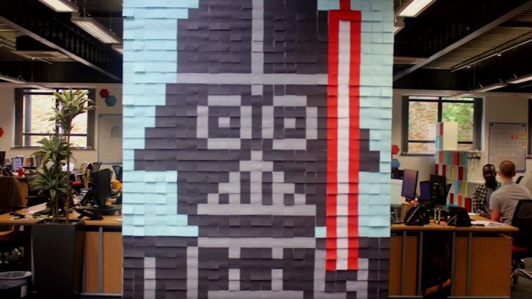 Em um escritório muito distante, funcionários criam murais de Star Wars com Post-It